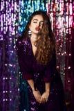 Ritratto di una ragazza sorridente felice in un vestito affascinante alla moda con gli zecchini ad un partito di modo immagini stock