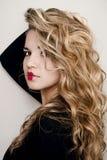 Ritratto di una ragazza su un fondo leggero Fotografia Stock Libera da Diritti