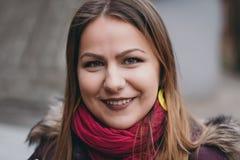 Ritratto di una ragazza sulla via Immagine Stock