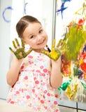 Ritratto di una ragazza sveglia che gioca con le pitture fotografie stock libere da diritti