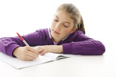 Ritratto di una ragazza sveglia del banco al suo scrittorio Immagini Stock Libere da Diritti