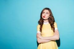Ritratto di una ragazza sveglia deludente nella condizione del vestito Immagine Stock Libera da Diritti