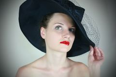 Ritratto di una ragazza sveglia in retro cappello Fotografie Stock