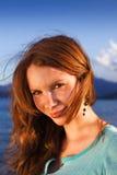 Ritratto di una ragazza sveglia sulla spiaggia Immagini Stock