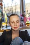 Ritratto di una ragazza teenager sorridente a casa Immagine Stock