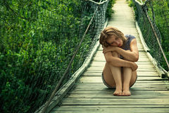 Ritratto di una ragazza triste sul ponte Immagini Stock Libere da Diritti