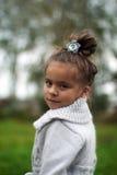 Ritratto di una ragazza in un cardigan grigio Immagini Stock