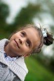 Ritratto di una ragazza in un cardigan grigio Fotografia Stock Libera da Diritti