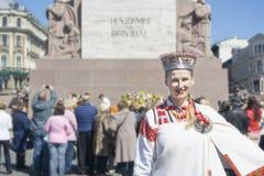 Ritratto di una ragazza in un costume nazionale lettone Fotografie Stock Libere da Diritti
