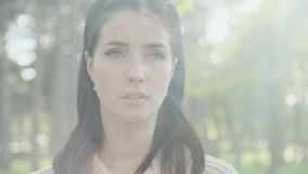 Ritratto di una ragazza in un maglione archivi video