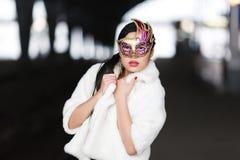 Ritratto di una ragazza in una maschera fotografia stock libera da diritti