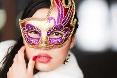Ritratto di una ragazza in una maschera fotografia stock