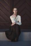 Ritratto di una ragazza vaga sveglia che porta retro blusa e gonna all'aperto Tonalità morbida dell'annata fotografie stock