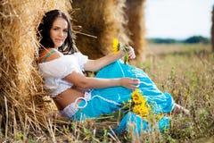 Ritratto di una ragazza vicino al mucchio di fieno Immagini Stock