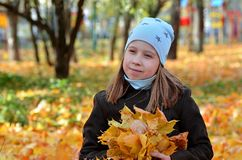 Ritratto di una ragazza di Yong nella stagione di autunno fotografia stock libera da diritti