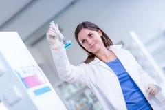 Ritratto di una ricerca d'avanzamento dello studente femminile di chimica Immagine Stock Libera da Diritti
