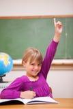 Ritratto di una scolara che solleva la sua mano Fotografia Stock