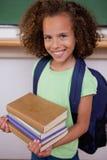 Ritratto di una scolara che tiene i suoi libri Immagini Stock Libere da Diritti