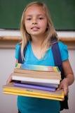 Ritratto di una scolara felice che tiene i suoi libri Immagini Stock Libere da Diritti