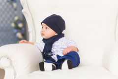 Ritratto di una seduta e di un sorridere svegli del neonato Bambino di quattro mesi adorabile Immagini Stock