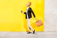 Ritratto di una signora africana di affari sui precedenti gialli Fotografia Stock Libera da Diritti