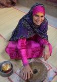 Ritratto di una signora dell'Oman in un vestito dell'Oman tradizionale Nizwa, Oman - 15/OCT/2016 Immagini Stock Libere da Diritti