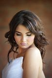 Ritratto di una sposa con gli occhi chiusi Immagine Stock