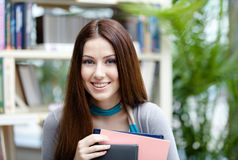 Ritratto di una studentessa sorridente con i libri Immagine Stock Libera da Diritti
