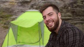 Ritratto di una tenda vicina turistica maschio in montagne archivi video