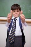 Ritratto di uno scolaro sorridente con i pollici in su Fotografia Stock