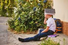 Ritratto di uno scolaro sulla via con uno zaino ed i taccuini Fotografie Stock Libere da Diritti