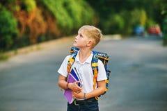 Ritratto di uno scolaro sulla via con uno zaino ed i taccuini Fotografie Stock