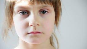 Ritratto di uno sguardo felice della bambina video d archivio