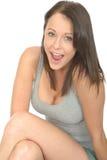 Ritratto di uno sguardo sorridente della giovane donna rilassata piacevole felice per favore Immagini Stock Libere da Diritti