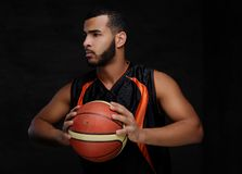 Ritratto di uno sportivo afroamericano Giocatore di pallacanestro in abiti sportivi con una palla Fotografia Stock