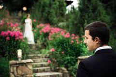 Ritratto di uno sposo felice che aspetta la sua sposa fotografia stock