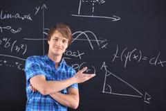 Ritratto di uno studente ai precedenti della lavagna con i modelli Fotografia Stock Libera da Diritti