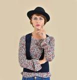 Ritratto di uso alla moda della giovane donna black hat Fotografie Stock Libere da Diritti