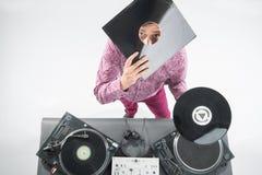 Ritratto di vista superiore del DJ che mostra le sue annotazioni di vinile Fotografie Stock Libere da Diritti