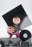 Ritratto di vista superiore del DJ che mostra le sue annotazioni di vinile Fotografia Stock Libera da Diritti