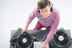 Ritratto di vista superiore della miscelazione e di filatura del DJ Fotografie Stock Libere da Diritti