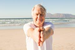 Ritratto di yoga di pratica dell'uomo senior alla spiaggia Immagini Stock Libere da Diritti