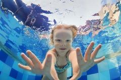 Ritratto divertente della neonata che nuota underwater nello stagno immagini stock libere da diritti