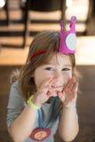Ritratto divertente di piccolo bambino con la corona e la medaglia di carta Fotografia Stock Libera da Diritti