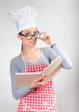 Ritratto divertente di una donna in cappello del cuoco unico fotografie stock