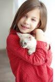 Bambino e gattino Immagini Stock
