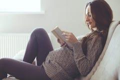 Ritratto domestico della donna incinta immagine stock