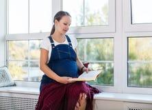 Ritratto domestico della donna incinta Fotografie Stock Libere da Diritti