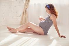Ritratto domestico della donna incinta Fotografia Stock