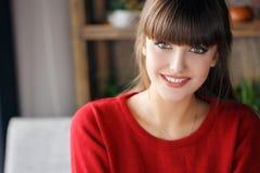 Ritratto domestico di bella giovane donna Immagini Stock Libere da Diritti